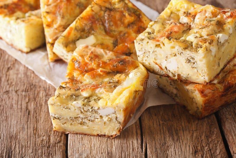 Сербский пирог Gibanica с сыром, яичками и концом-вверх зеленых цветов Hori стоковые фотографии rf