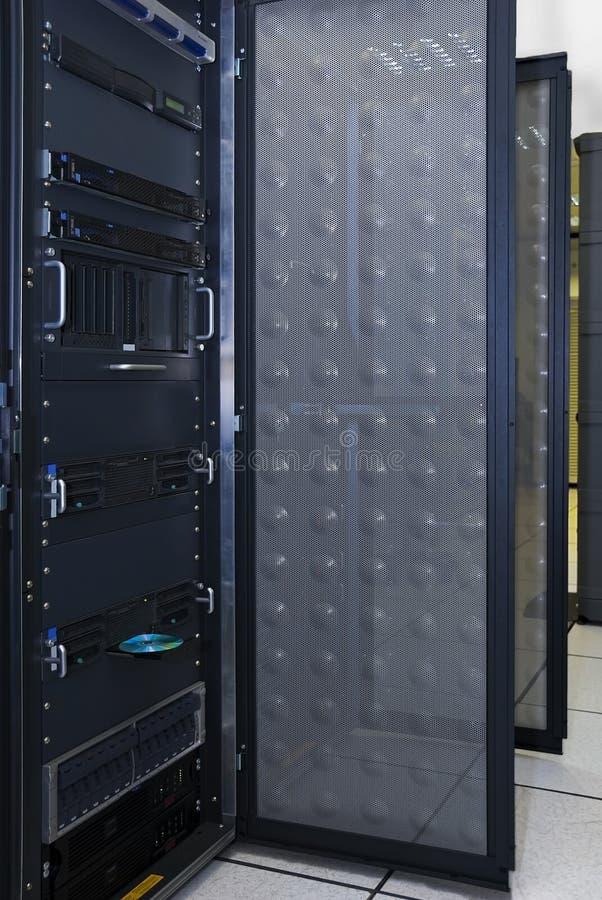 сервер шкафа компьютера стоковое изображение rf
