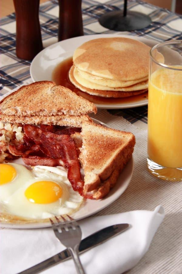 Сервировка завтрака бекона и яичек стоковые фотографии rf
