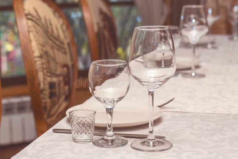 Сервировка стола в кафе или ресторане стоковые фото
