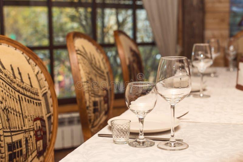 Сервировка стола в кафе или ресторане стоковое изображение rf