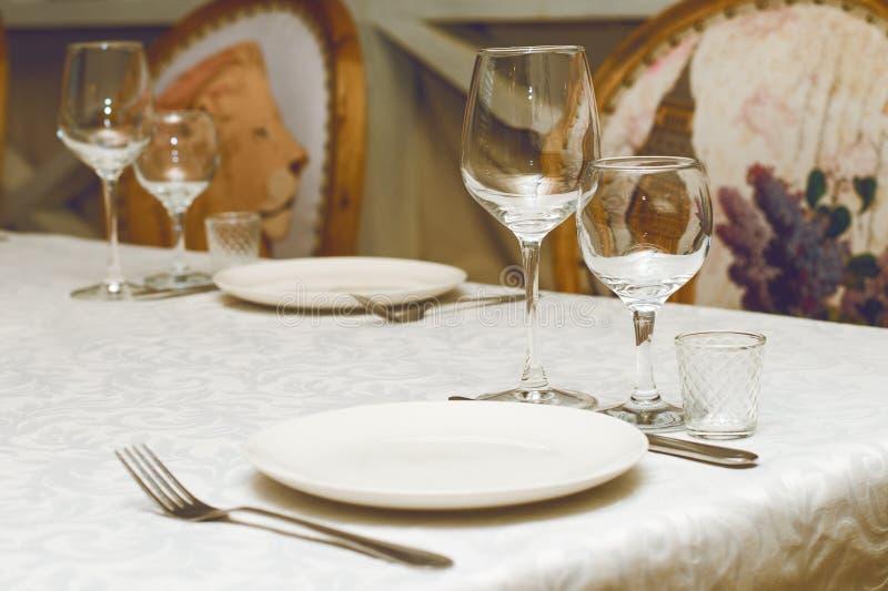Сервировка стола в кафе или ресторане стоковое фото