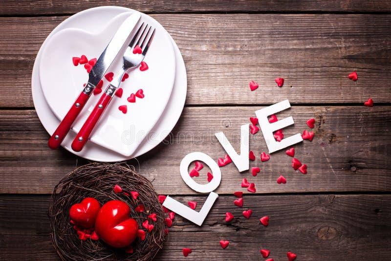Сервировка стола дня валентинки St стоковое изображение