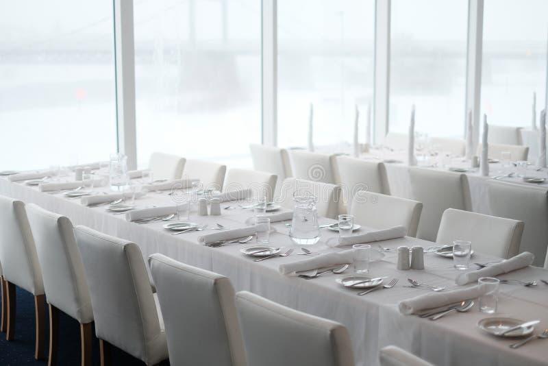Сервировка стола обедающего и аксессуары еды в ресторане стоковое изображение rf