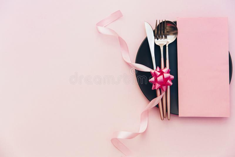 Сервировка стола партии Взгляд сверху, плоское положение над розовой предпосылкой Меню для ресторана, стоковые фото