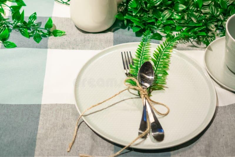Сервировка стола перед обедающим используя строку стоковое изображение rf