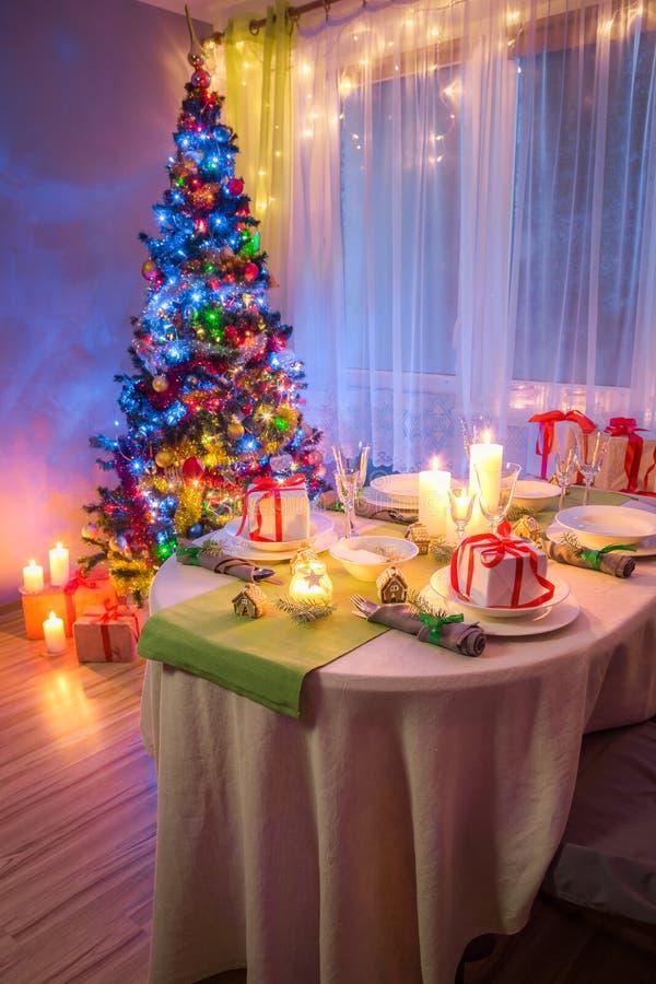 Сервировка стола рождества Colorfuk с подарками на Рожденственская ночь стоковая фотография rf