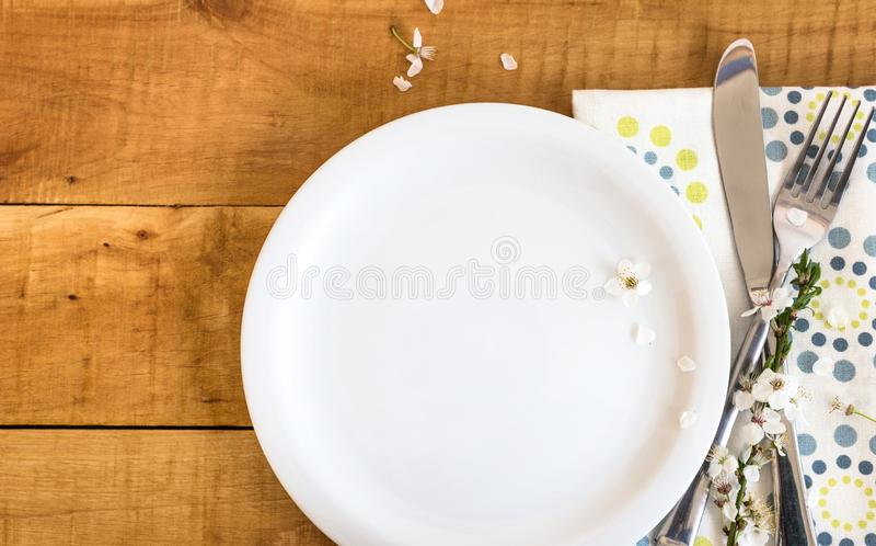 Сервировка стола весны с белыми цветками стоковые фото