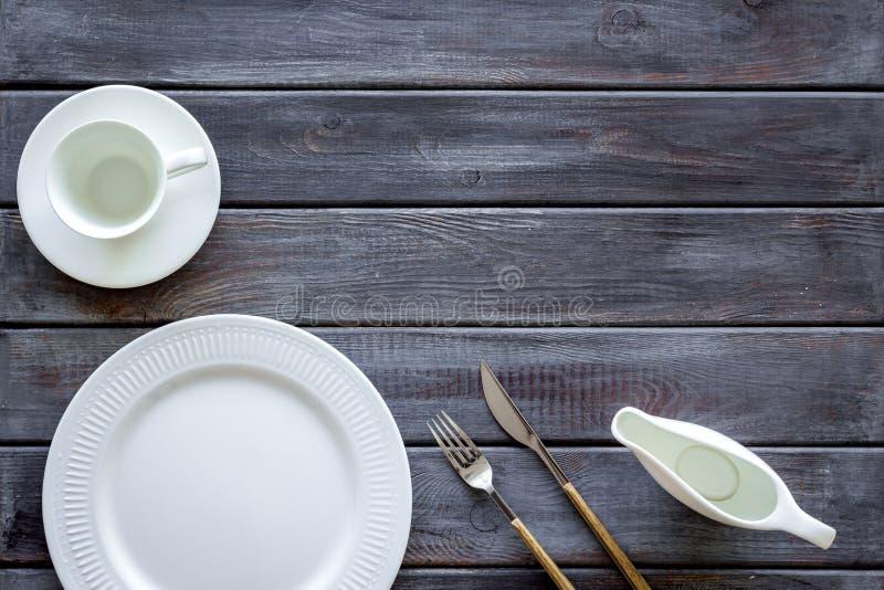 Сервировка стола с плитами и flatware на деревянном космосе экземпляра взгляда сверху предпосылки стоковое изображение rf