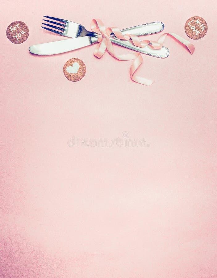 Сервировка стола валентинок с карточками сообщения столового прибора, ленты, сердца и влюбленности на розовой бледной предпосылке стоковое изображение rf