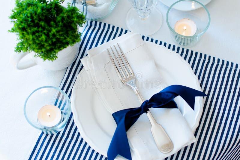 Сервировка стола в тонах сини военно-морского флота стоковая фотография