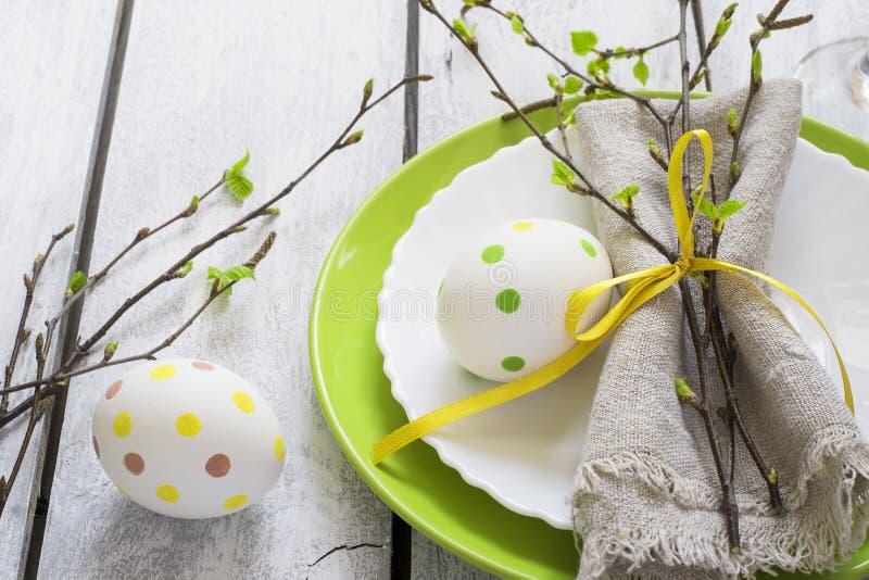 Сервировка стола пасхи весны на белом деревянном столе стоковое фото rf