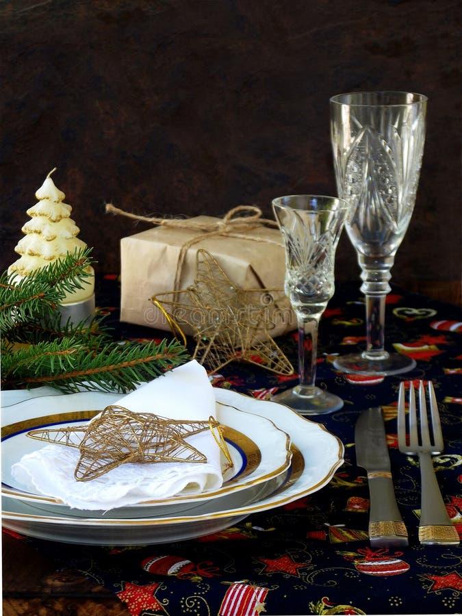 Сервировка стола рождества и Нового Года праздника деревенская с украшениями xmas на темном деревянном столе скопируйте космос стоковое фото rf