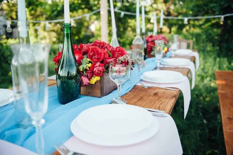 Сервировка стола свадьбы в деревенском стиле стоковые изображения
