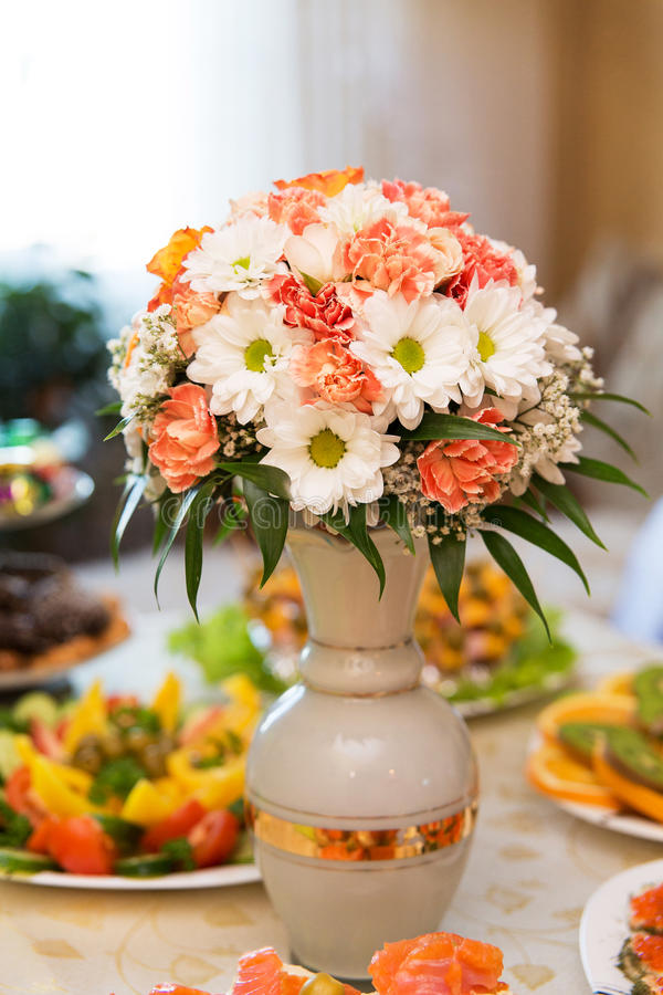 Сервировка стола для свадьбы или события обедающего стоковое фото