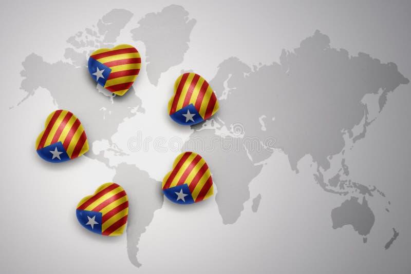 5 сердец с национальным флагом Каталонии на предпосылке карты мира иллюстрация штока