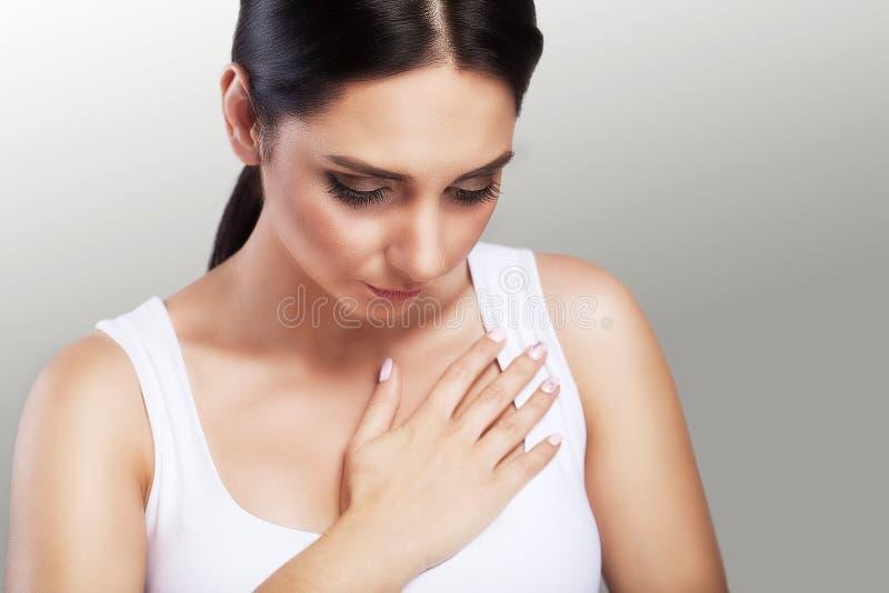 Сердечная болезнь боль в груди Infarct хода Сильные тягостные ощущения Принципиальная схема здоровья на серой предпосылке стоковые изображения
