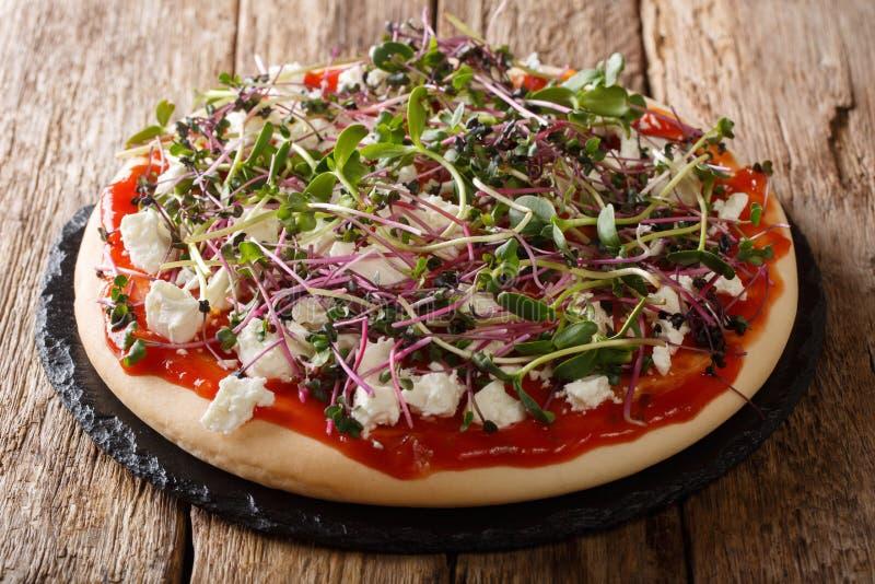Сердечная здоровая пицца с сыром и свежее смешивание микро- зеленого конца-вверх E стоковое изображение