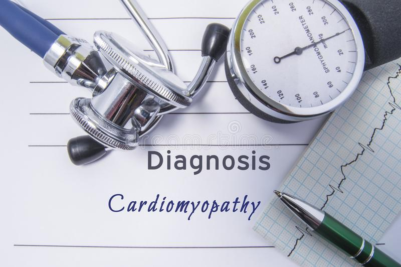 Сердечная кардиомиопатия диагноза Медицинский отчет о формы с написанным диагнозом кардиомиопатии лежа на таблице в шкафе доктора стоковая фотография