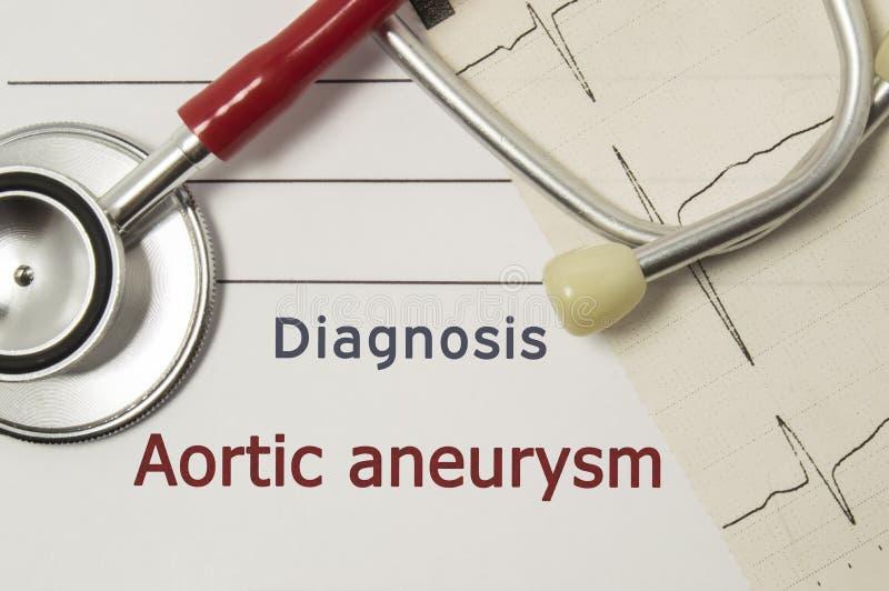 Сердечный диагноз Aortic аневризма На рабочем месте доктора красный стетоскоп, напечатанный на бумажной линии ECG и лежать конца- стоковая фотография