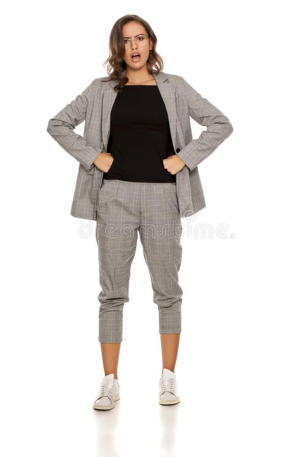 Сердитая женщина в вскользь костюме стоковое фото rf