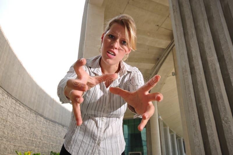 сердитая кавказская женщина ощупывания управляющего корпорации стоковые изображения
