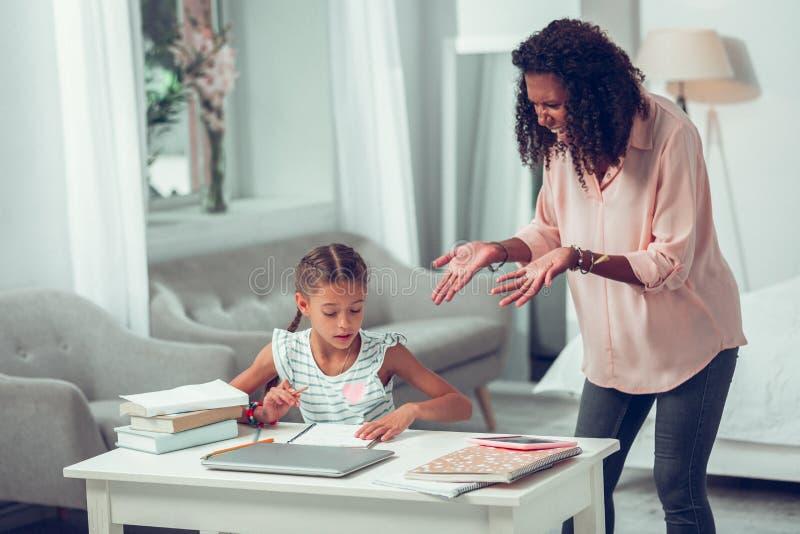 Сердитая мать теряя ее закал и выкрикивая на небольшой дочери стоковые фото