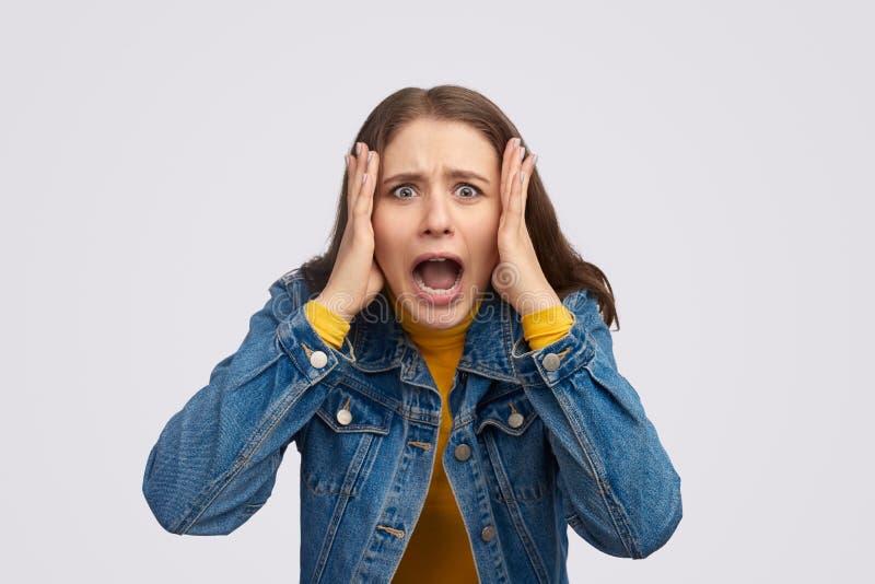 Сердитая молодая женщина кричащая на камере стоковое изображение rf