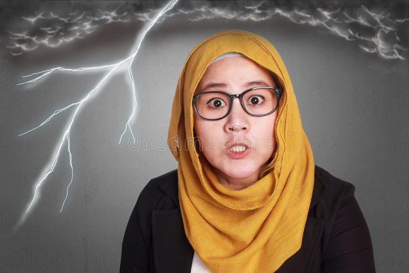 Сердитая мусульманская коммерсантка стоковые фотографии rf