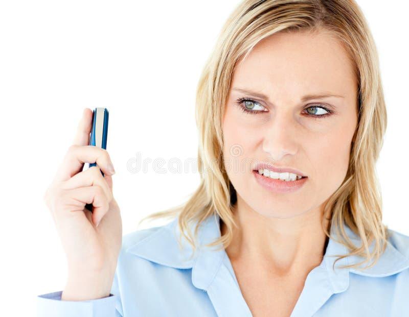 сердитое удерживание мобильного телефона коммерсантки стоковая фотография