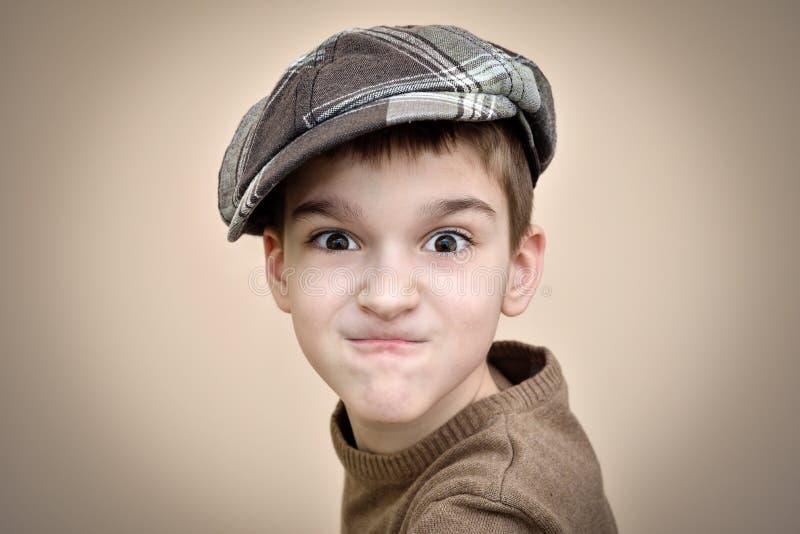сердитые детеныши мальчика стоковая фотография