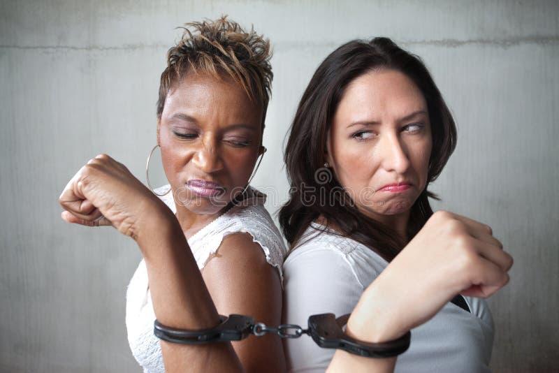 сердитые женщины наручников стоковые фото