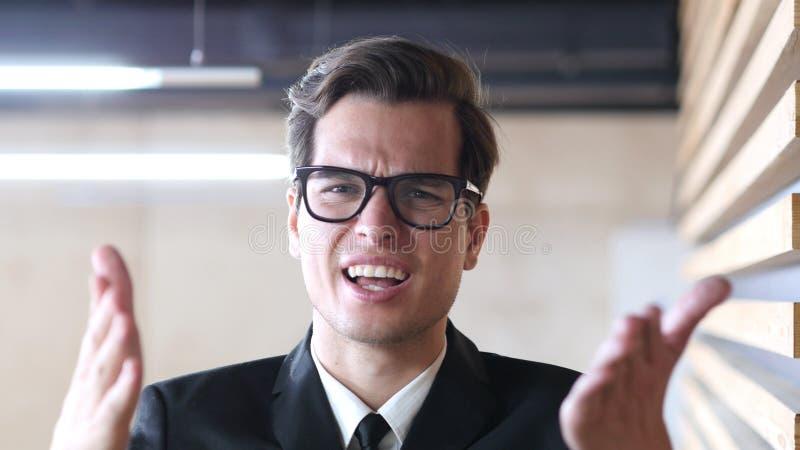 Сердитый бизнесмен крича на его товарищах по команде, воюя стоковое фото