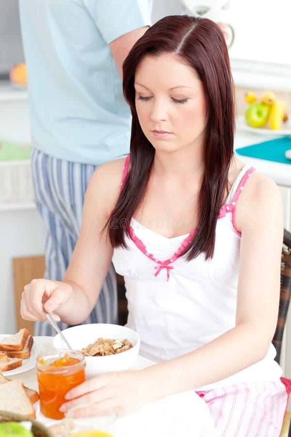 сердитый завтрак имея детенышей женщины кухни стоковое изображение rf