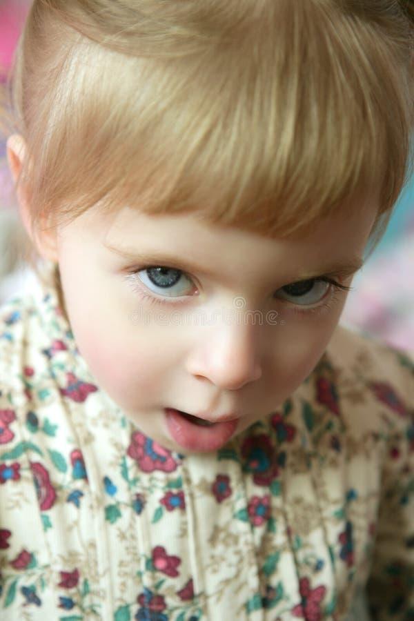 сердитый красивейший смешной малыш девушки жеста стоковые изображения