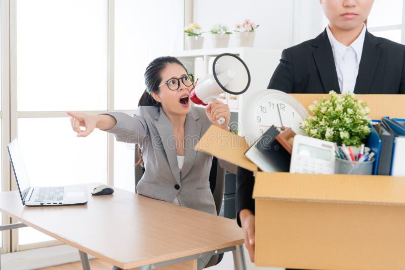 Сердитый молодой менеджер бизнес-леди используя мегафон стоковая фотография rf