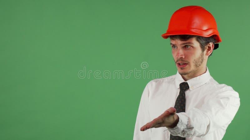 Сердитый мужской инженер крича на кто-то на chromakey стоковые изображения rf
