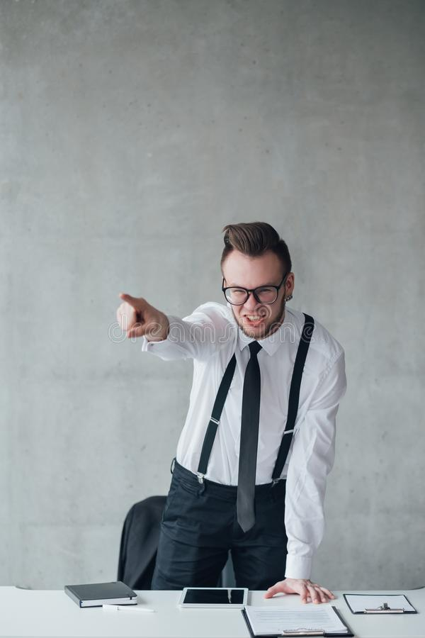 Сердитый работник включения босса раздражал яростное стоковое фото