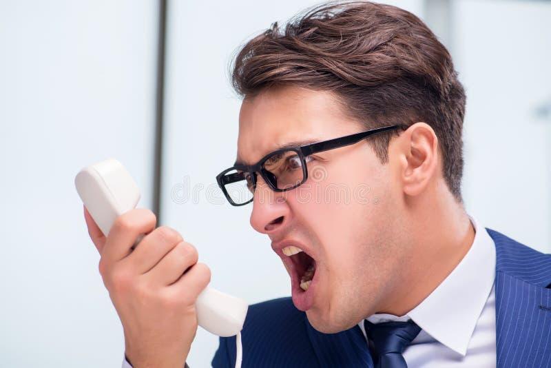 Сердитый работник центра телефонного обслуживания выкрикивая на клиенте стоковые фотографии rf