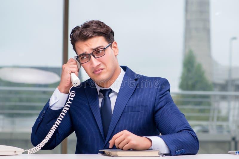 Сердитый работник центра телефонного обслуживания выкрикивая на клиенте стоковая фотография