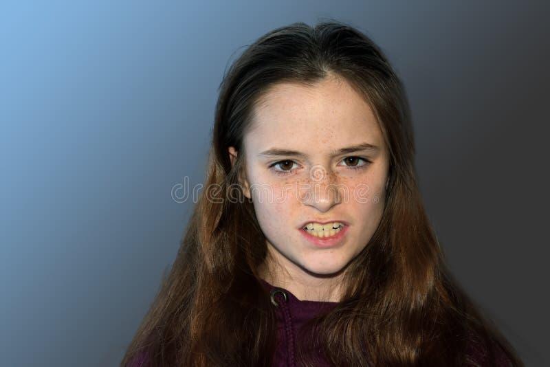 Сердитый смотря девочка-подросток ищет реванш стоковая фотография rf