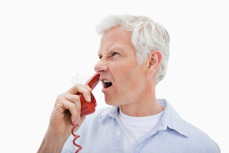 Сердитый человек делая телефонный звонок стоковые фотографии rf