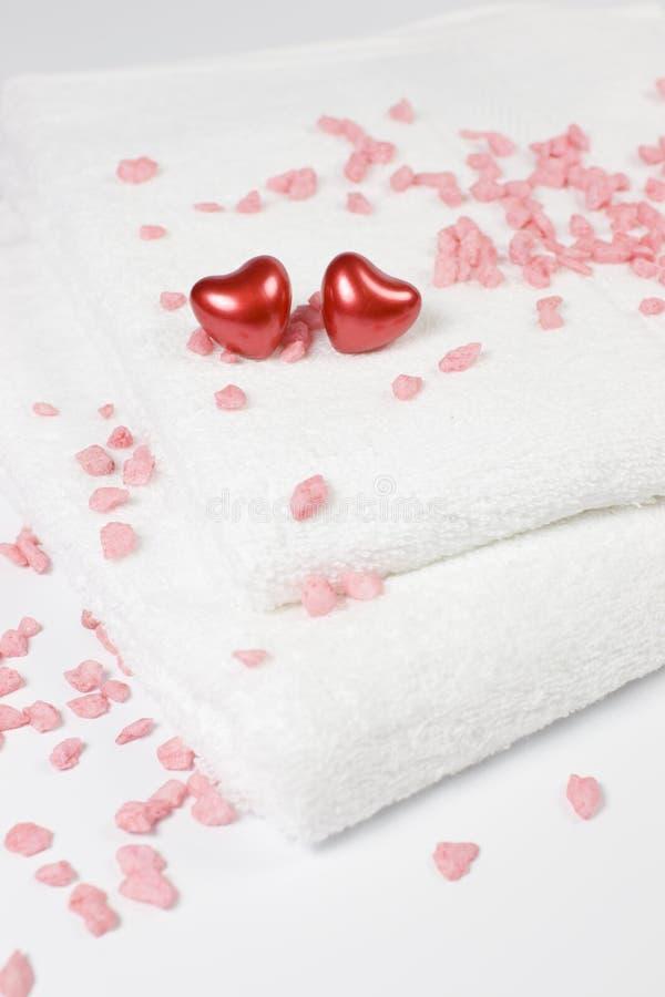 сердца ванны любят полотенца стоковое изображение rf