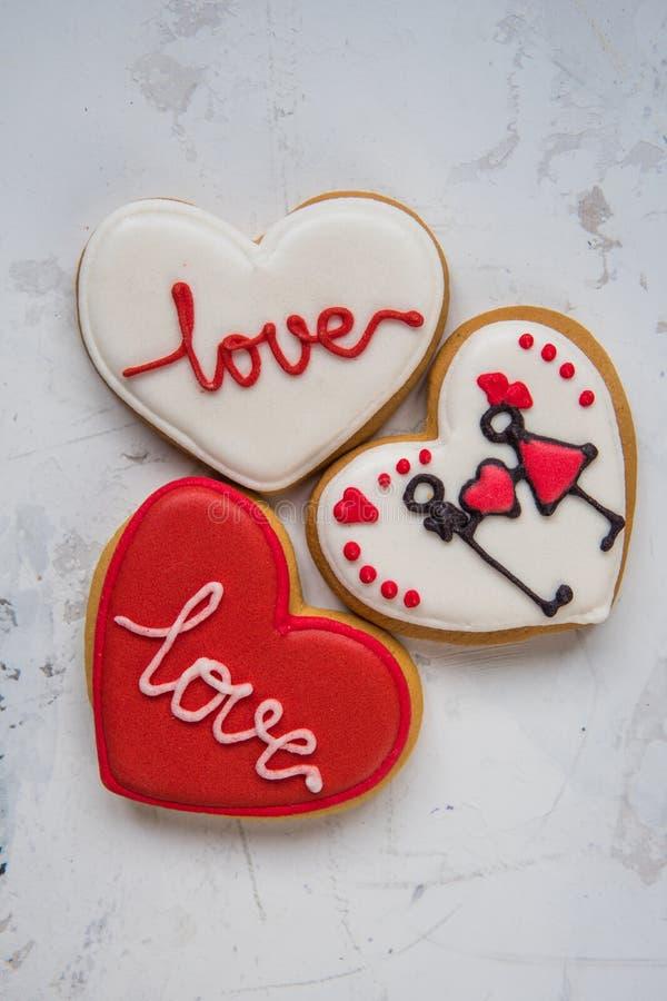 Сердца печений с белой и красной влюбленностью замороженности на день ` s валентинки стоковые изображения rf