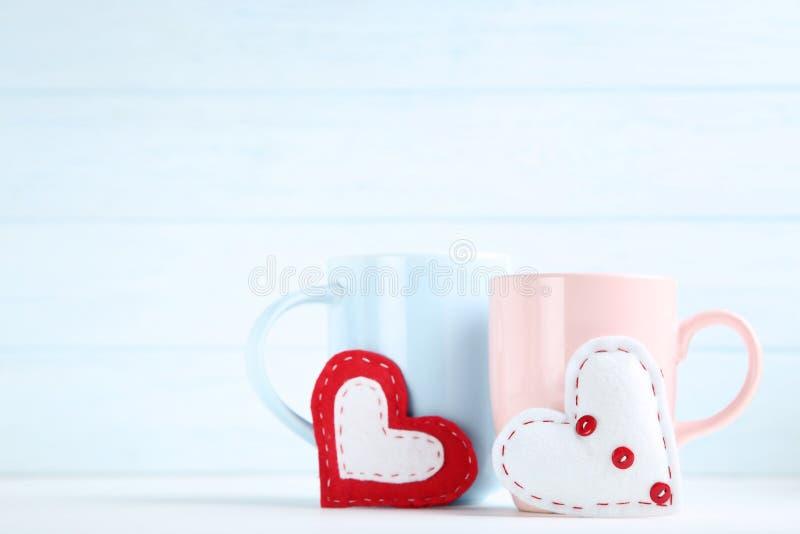 Сердца с чашками стоковое изображение