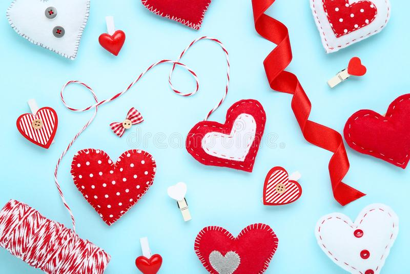 Сердца ткани с зажимками для белья стоковая фотография rf