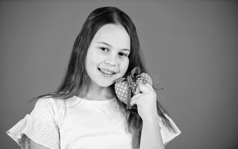 Сердца шоу стороны девушки ребенк предпосылка прелестного счастливого голубая Отпразднуйте день Святого Валентина Оформление праз стоковое фото rf