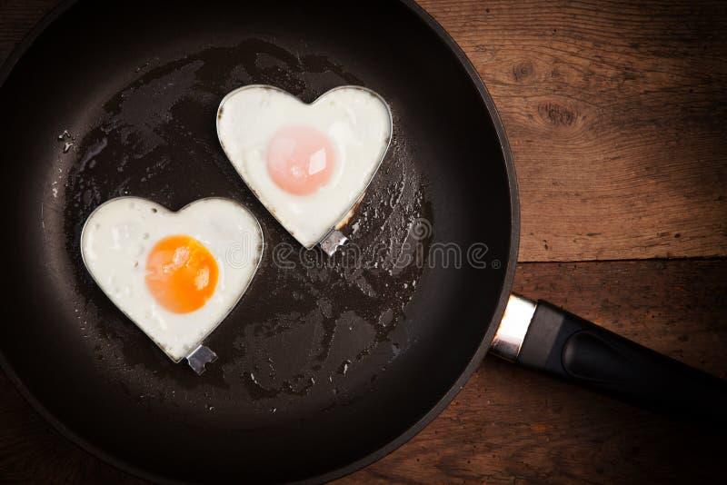 Сердце влюбленности яичницы стоковая фотография rf
