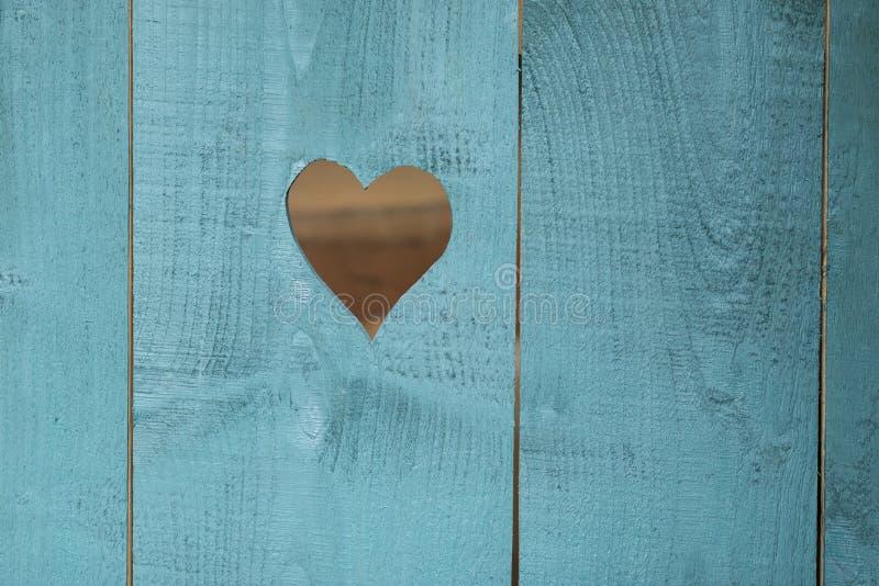 Сердце в деревянной голубой предпосылке стоковые фото
