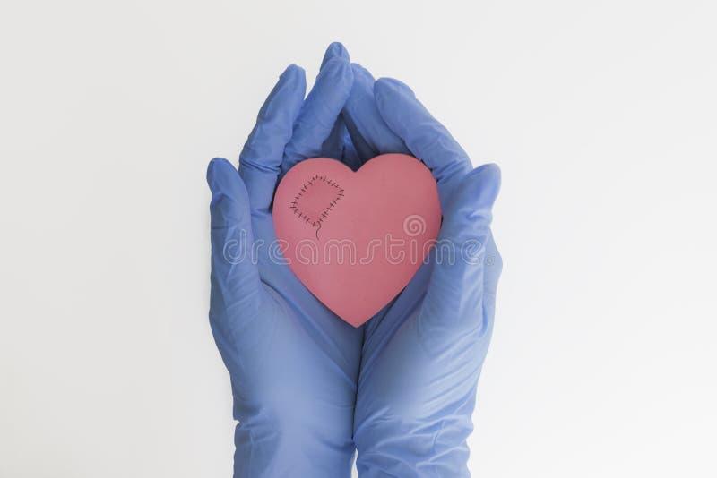 Сердце в медицине руки стоковое фото rf